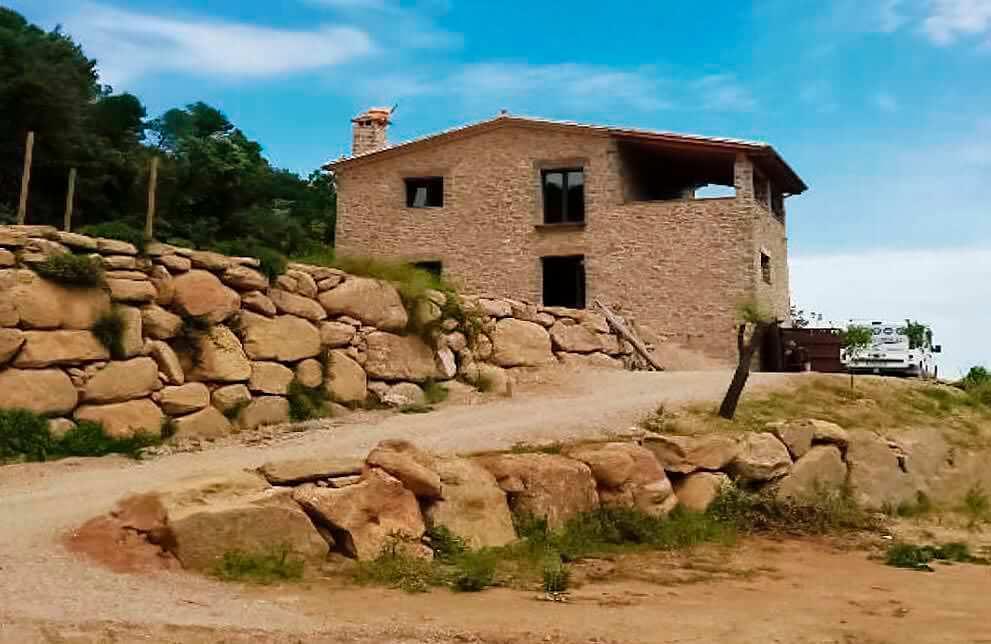 Instalación fotovoltaica en casa de campo aislada de red en Banyoles 1