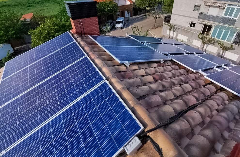 Instalación fotovoltaica y fototérmica en vivienda en Corró d'Avall