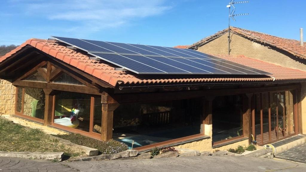 Instalación fotovoltaica en vivienda en pueblo de León