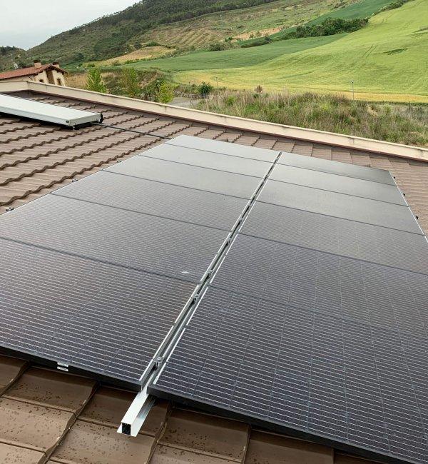 Instalación fotovoltaica con aerotermia en vivienda en Puente la Reina