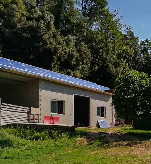 Instalación fotovoltaica aislada en casa de Campo en Girona