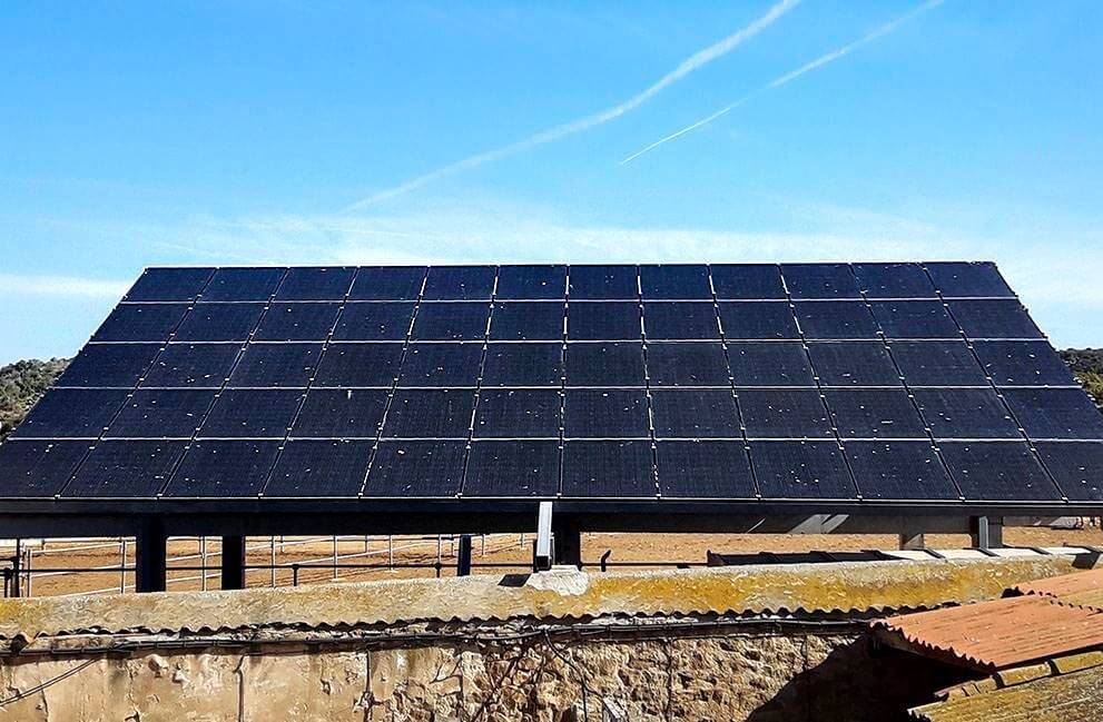 Instalación fotovoltaica en granja aislada de la red en Agramunt