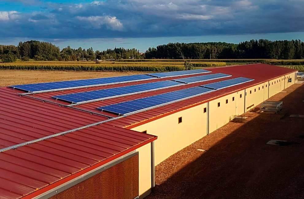 Instalación fotovoltaica en granja avícola aislada de León