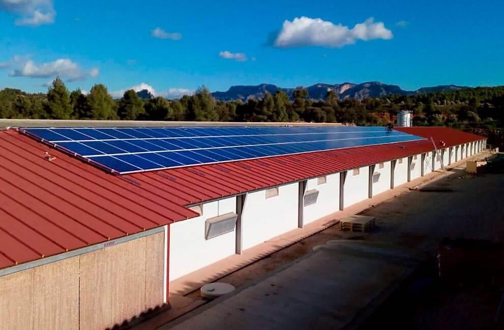 Instalación fotovoltaica en granja aislada de la red en Teruel