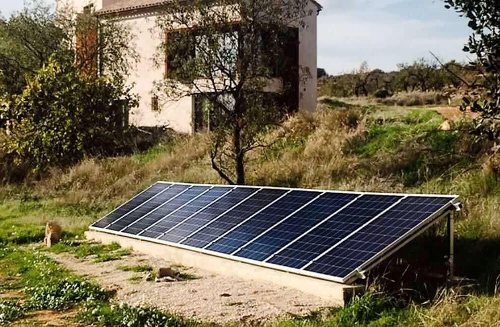 Instalación fotovoltaica y fototérmica aislada de la red en casa de campo en Cretes 1